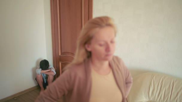 i genitori litigano con suo figlio. madre e padre argomentando. la sollecitazione in un bambino