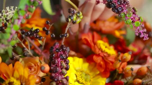 Virágüzlet készít egy csokor virágot, családi házak és villák-nak Eladó-ügyfelek