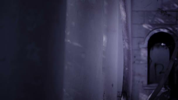 gehörnte Hexe Geist führt durch die Ruinen des Schlosses. Halloween Horror