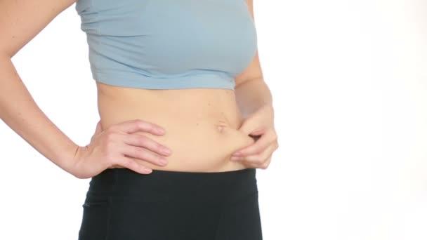 Frau dicken Bauch. Vakuum-Massage des Bauches. Mädchen zieht den Magen