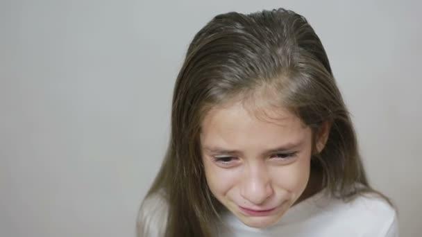 malá holčička se jí po tvářích kutálejí slzy