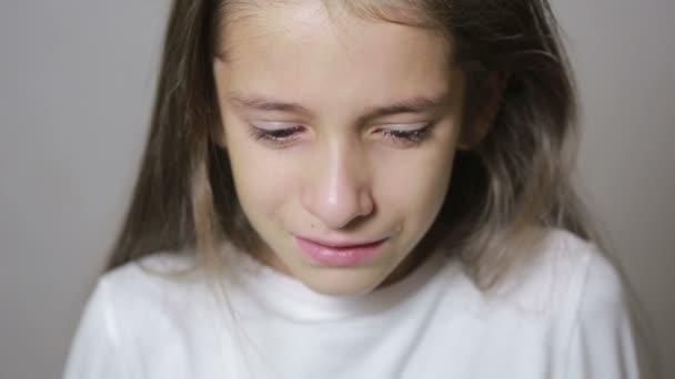 bambina piangere con lacrime rotolare giù per le guance