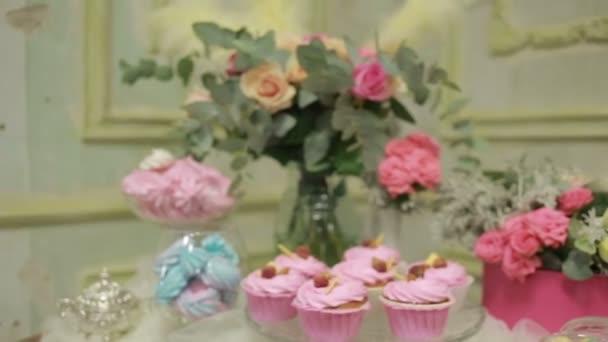 Erstaunliche Himbeer Kuchen und Blumen Bouquete Dekoration des Tisches. Jahrgang