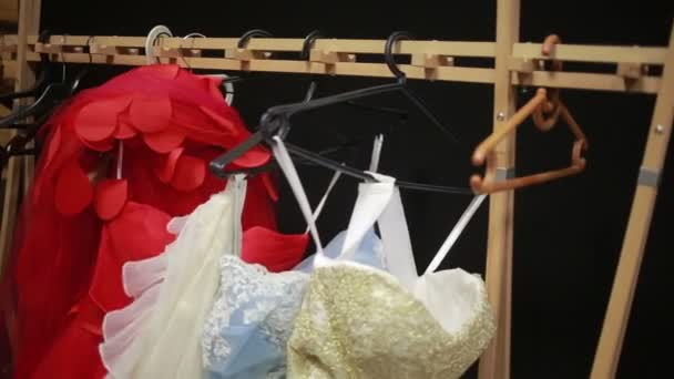 krásné krajkové šaty na ramínku. večerní šaty v montážním návodu
