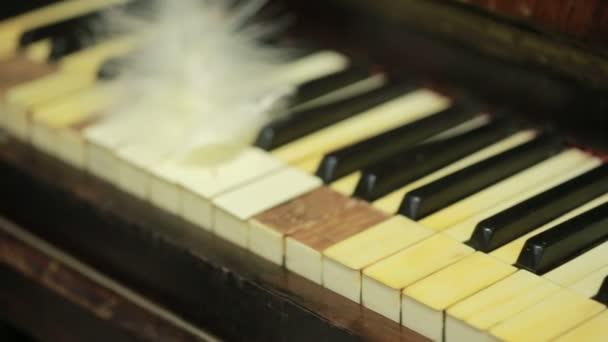Federnahaufnahme auf der Klaviertastatur. altes Klavier