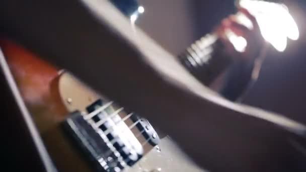 Kezét a férfi játszik elektromos gitár. Hajlítsa meg a technika. rock and roll zenész