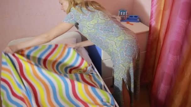 matka dává dcery do postele. dětský spánek