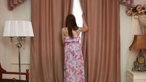 Mooie Slaapkamer Gordijnen : Mooie jongedame openen gordijnen in een slaapkamer u2014 stockvideo