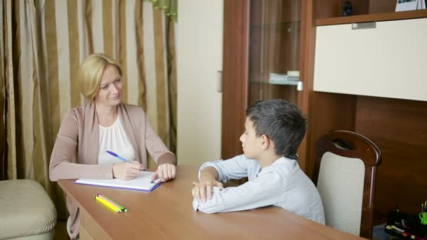 Psychologin mit dem Jungen.
