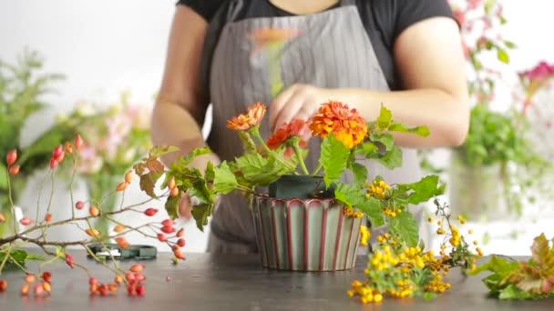 Blumenhändler bereitet Blumenstrauß für den Verkauf an Kunden vor