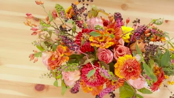 Květinářství připraví kytici květin pro prodej zákazníkům