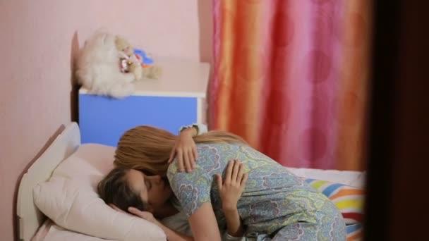 m re et fille dorment sur le lit puis ils se r veille et fille baiser maman video 30658609. Black Bedroom Furniture Sets. Home Design Ideas