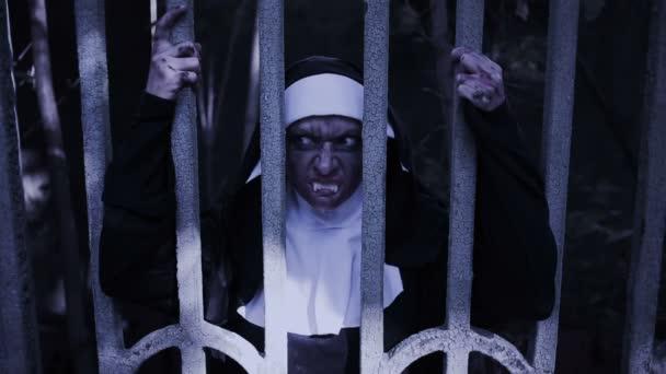 zombie jeptiška. ďábelské ženy v kostýmu jeptišky chodí do chrámu. Halloween
