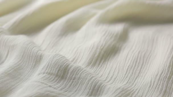 Bílé bavlněné textilie textura. používá se jako pozadí. Drcený bílý hadřík