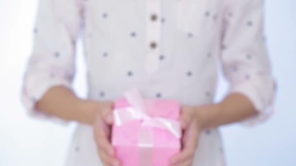 dívka dává dar v poli.