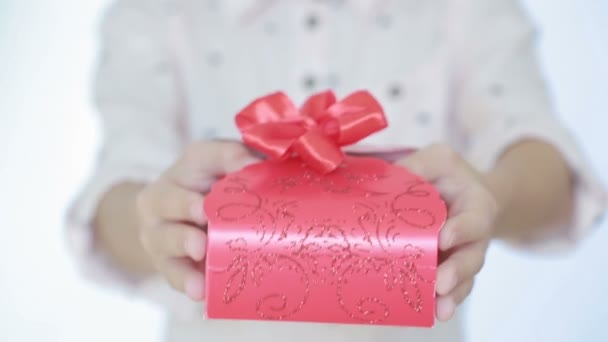 lány ad ajándékba a mezőben.