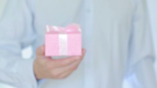 Mann schenkt in der Schachtel
