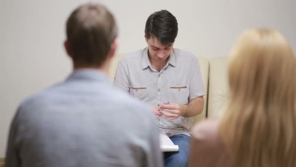 Psychologe hilft besorgten jungen Paaren. Familientherapie. Wütende Menschen
