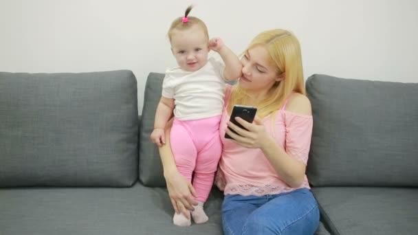 malá dívka hraje na gauči v obývacím pokoji