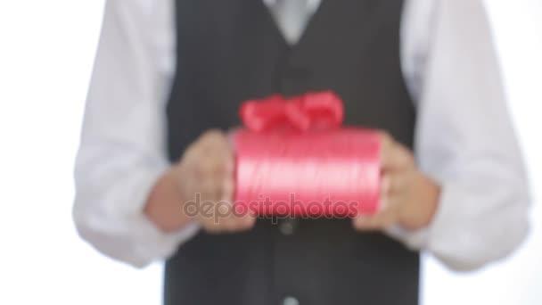 muž dává dar v poli