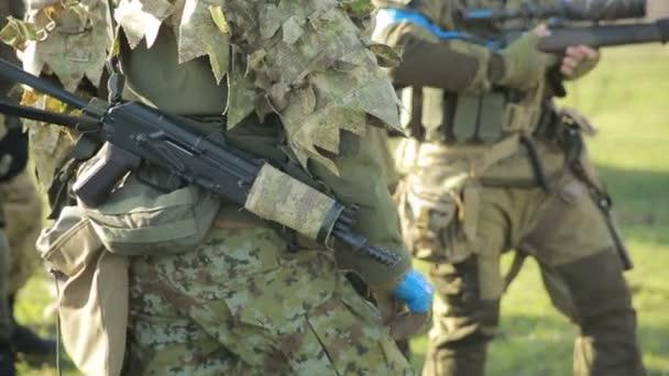 milíciák harcolnak. Álcázás és fegyverek airsoft játék férfiak. háború