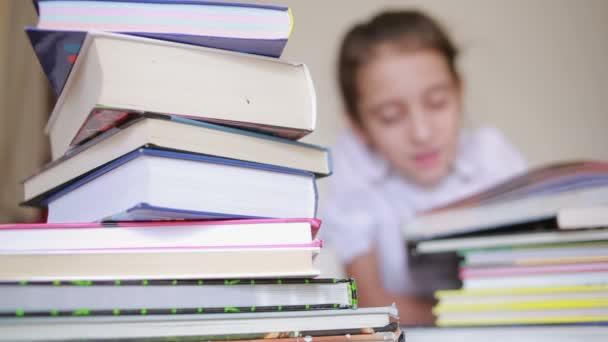 kis lány iskola egységes olvasó egy könyv között halom könyvet ül