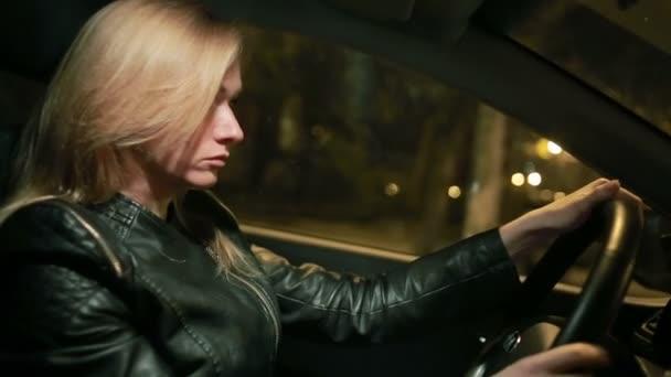 Blondýnka mladá žena řídit auto