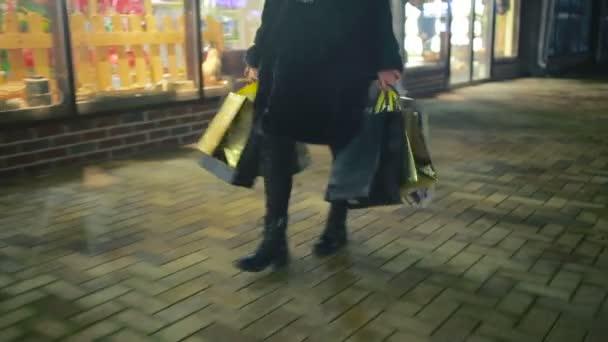 Karácsonyi bevásárlás. lány megy, csomagokkal bolt
