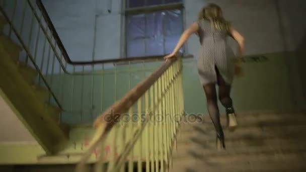 dívka utíká od prosazování schody