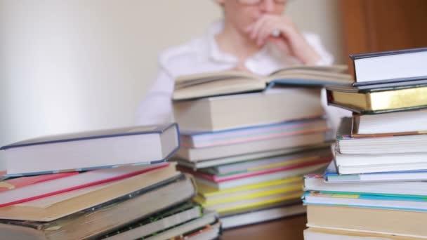 Vzdělávací koncepce školy. Closeup žena dívka v univerzitní knihovnou s knihami