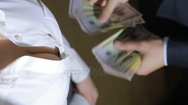 Krásná mladá štíhlá dívka počítá peníze převedené do svého muže
