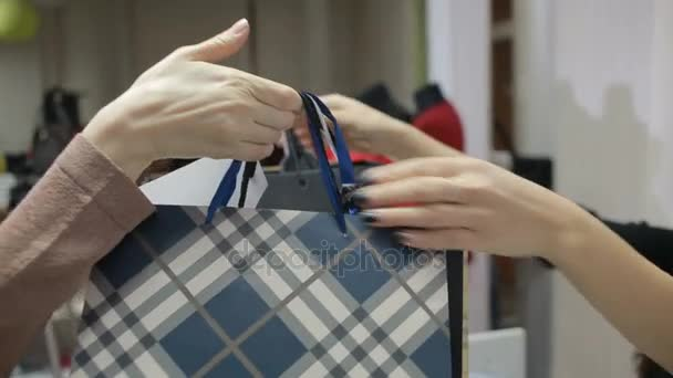 lány veszi, vásárolni egy ruházati boltba pénztár