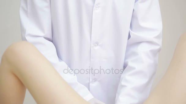 Arzt Gynäkologe führt eine Untersuchung durch
