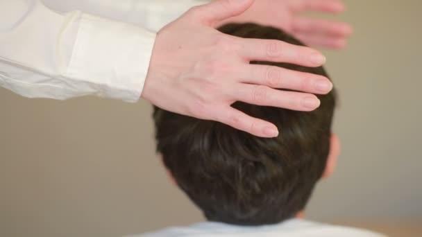 Přijímající léčivé energie, chlapec s ženské ruce nad čelo