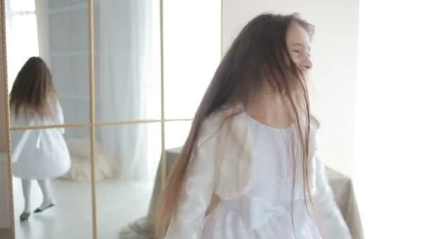 malá roztomilá holčička, tance a blbnout doma