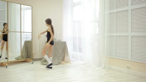 kleines mdchen in einem badeanzug fitnessstudio zu hause vor dem spiegel ben stockvideo