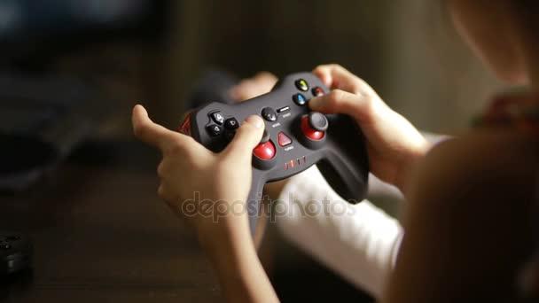 Ember játszik videó játék a joystick. közeli kép a gyermek kezét