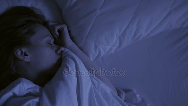 Koncept nespavost. Žena v posteli v noci nemůže spát