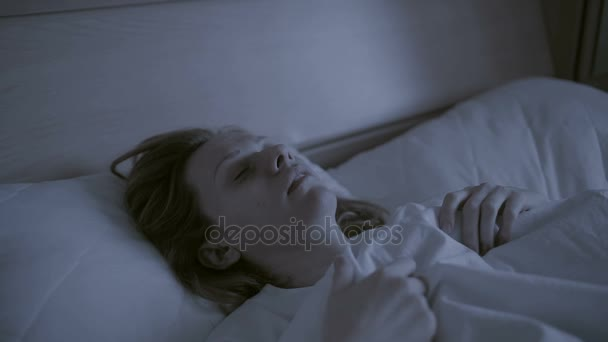 Nyugtalan dreams, alvó nő szakította a rémálmok felébred