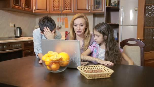 Rodina doma pomocí počítače webkamera, internetová komunikace