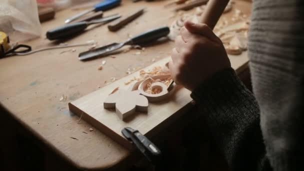 Dekorationsartikel aus Holz von Hand schleifen, dekorative Elemente,