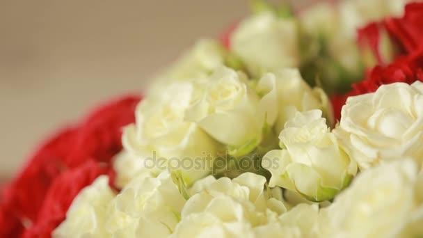 zářivě barevné kytice z červených a bílých růží, detail