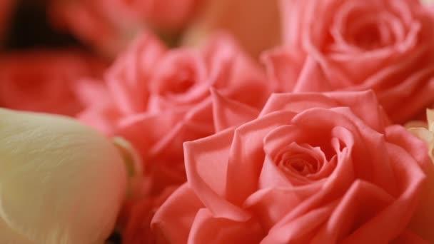 egy gyönyörű csokor őszibarack és halvány rózsaszín rózsa-zöld hálós csomagolásban