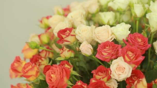 lédús, színes csokor rózsaszín és narancssárga rózsák, közeli