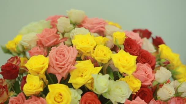 lédús, színes csokor rózsaszín, sárga, piros és narancssárga rózsák, közeli