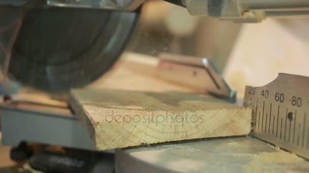 Zeer hand man zaagde houten plank met behulp van een verstek zagen met BO78