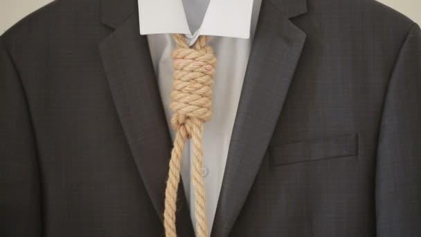 Uomo daffari regolando una corda del cappio come cravatta, non il tuo lavoro preferito in corso,