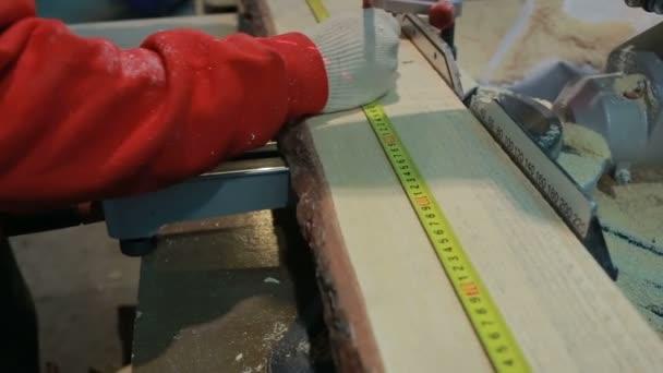 ruky muž řezal dřevo pro zkosení pila s laserem