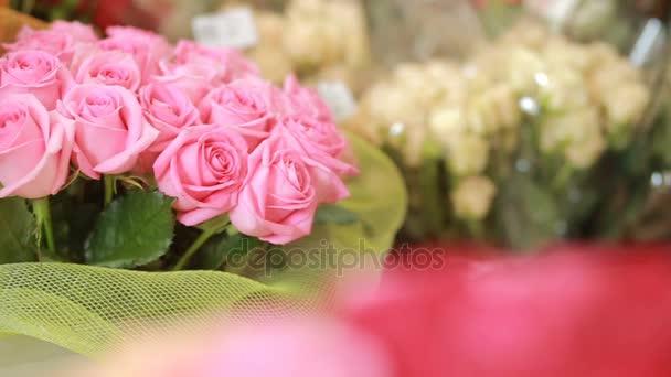 šťavnaté, barevné kytice růžové, žluté, červené a oranžové růže, detail