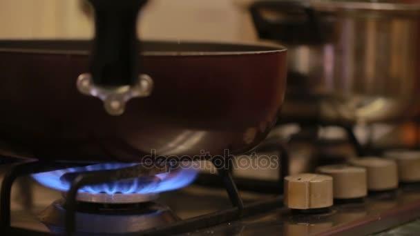 die Flamme auf einem Gasherd. Pfanne auf einem Gasherd